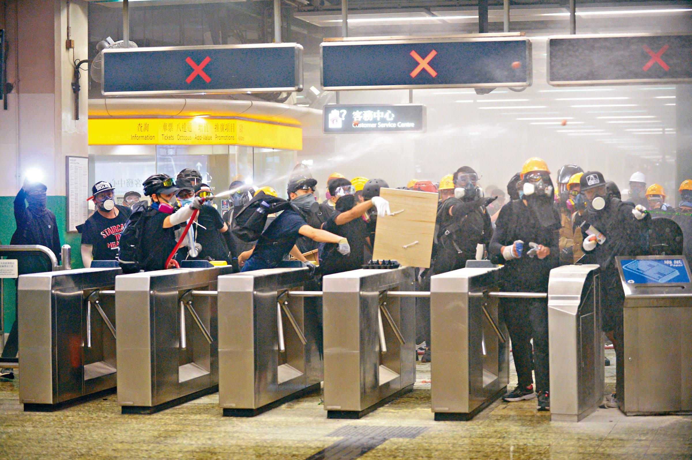 示威者在港鐵葵芳站閘口射水,阻止防暴警追捕。陳浩元攝