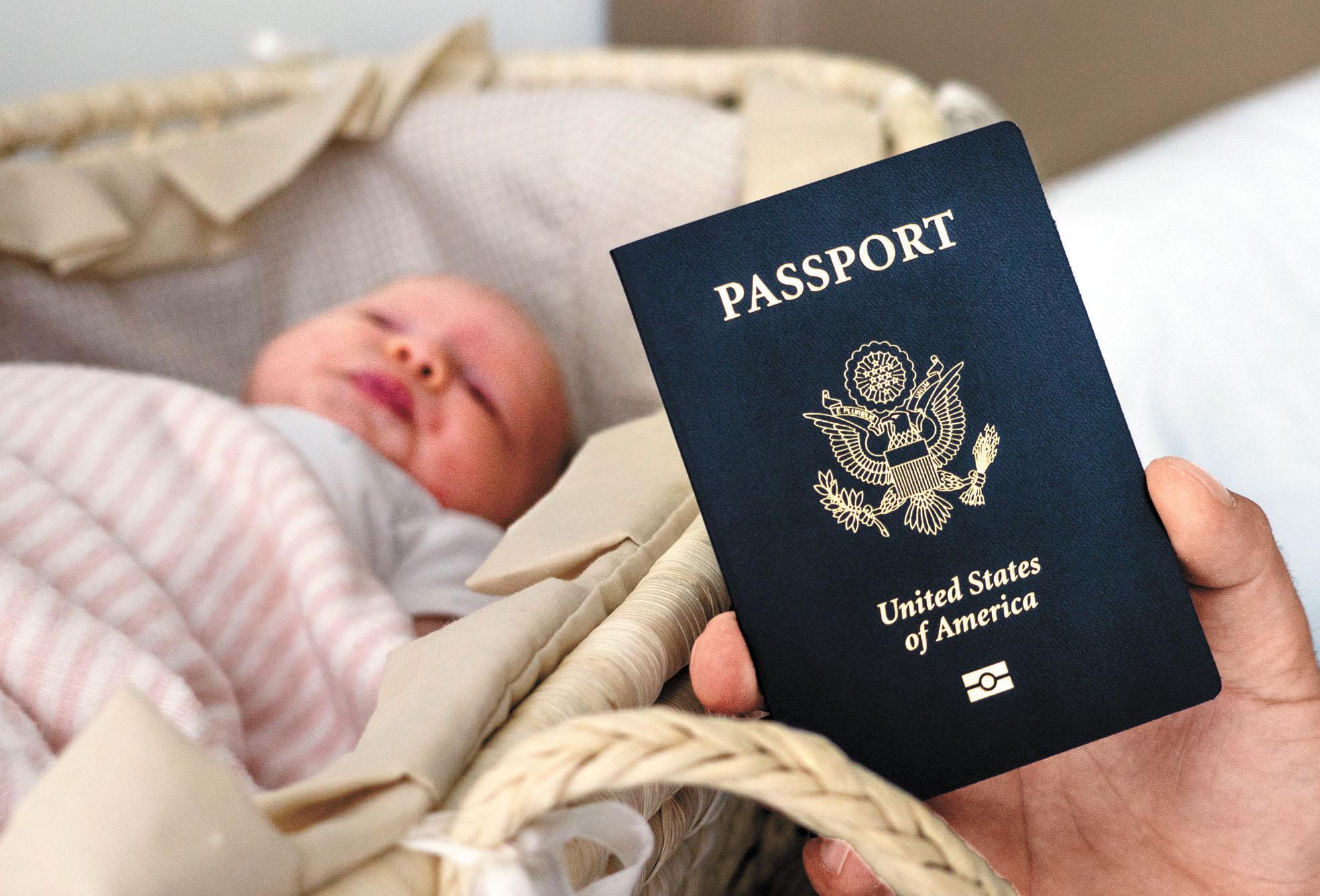 在美國出生的孩子自動會成為美國公民,圖為一個月大的孩子獲得了美國護照。 美聯社資料圖片