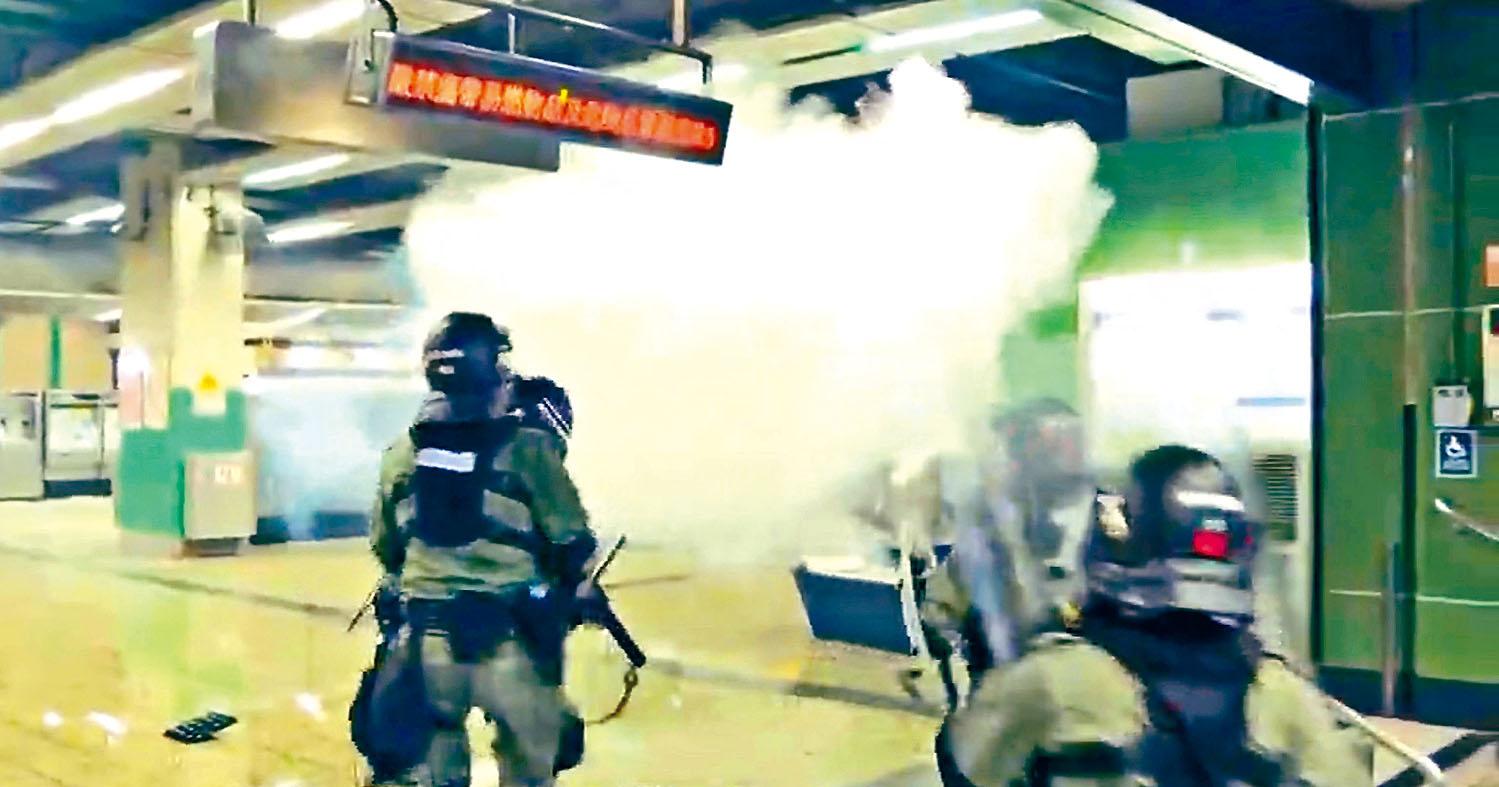 防暴警向港鐵葵芳站的示威者,發射橡膠彈,示威者則以滅火筒噴出煙霧抗警。有線電視畫面