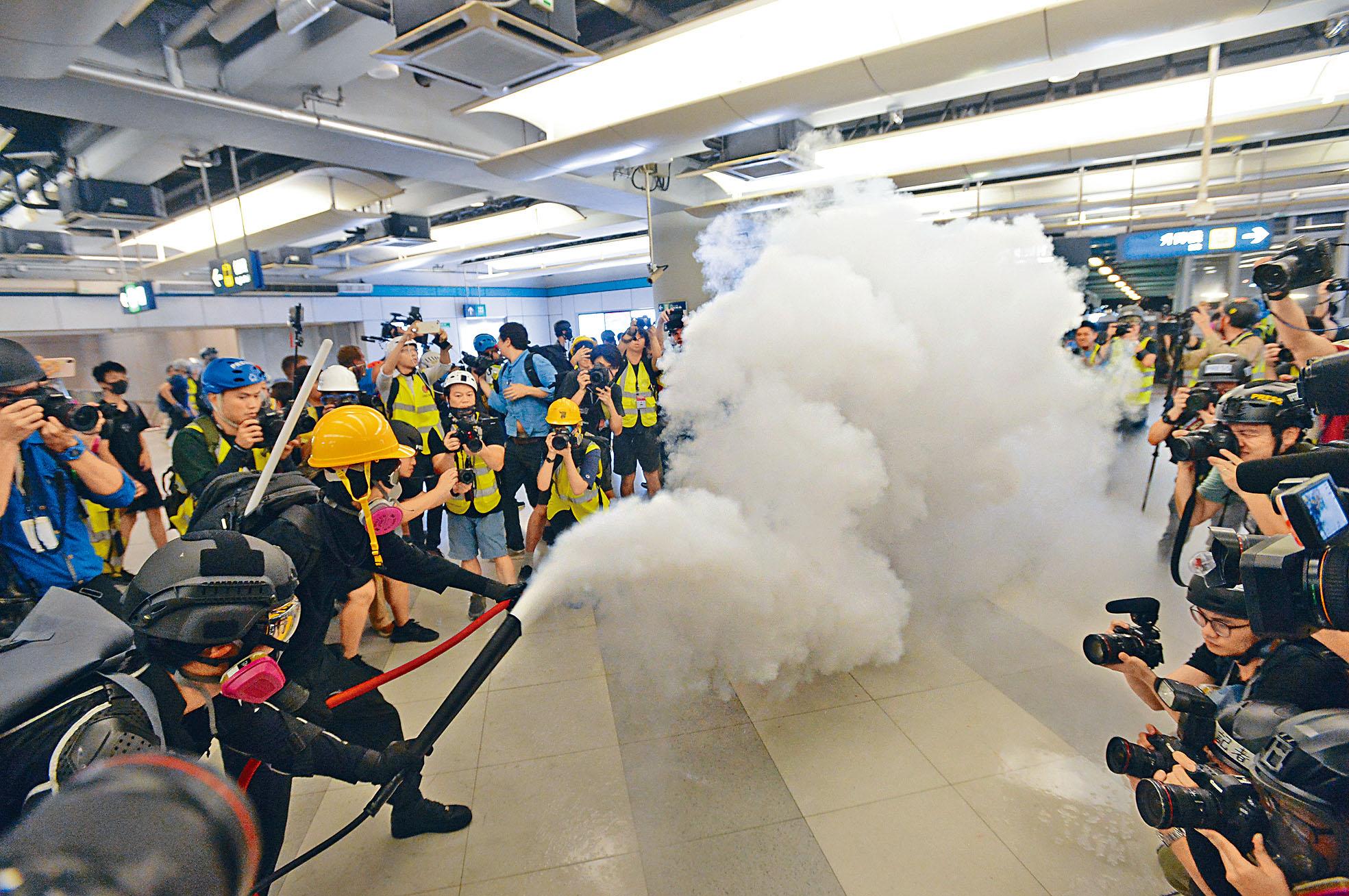 激進示威者在西鐵元朗站噴滅火筒,令站內煙霧瀰漫。黃賢創攝