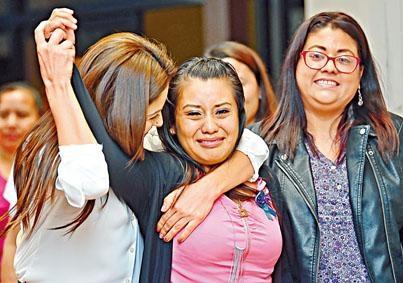 埃爾南德斯(中)周一獲撤銷謀殺罪後在法院外慶祝。