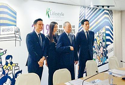 劉鑾鴻(左三)表示,崇光百貨保安及店員有能力維持秩序,以保護員工及顧客安全是首要條件。
