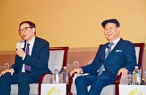 呂志和(右)表示,本港近期社會環境持續不穩,各方應「和諧共享」及「坐低好好傾下」。左為呂耀東。