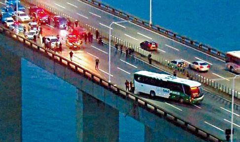 遭挾持的巴士停在里約-尼泰跨海大橋中央,警方封鎖行車綫。
