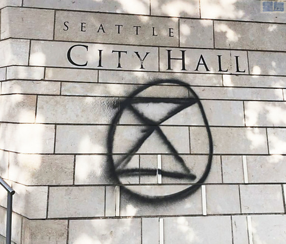 上周五市政廳示威,有人用錯噴漆。小圖為一名13歲女童和一名25歲男子被捕。據指他們用了擦不掉的永久性噴漆塗鴉。西雅圖警察局