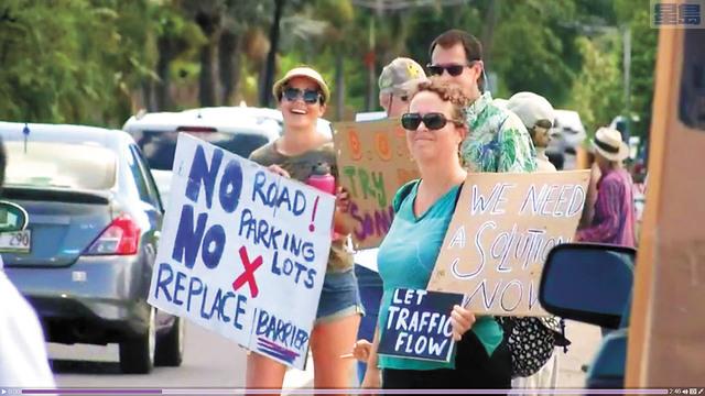 為看海龜遊客亂過公路釀意外,居民表不滿。Hawaii Now視頻截圖