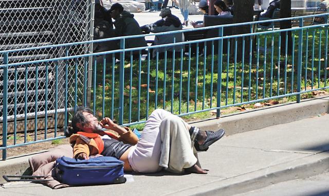 隨地躺臥的無家可歸者,在華埠隨處可見。記者黃偉江攝