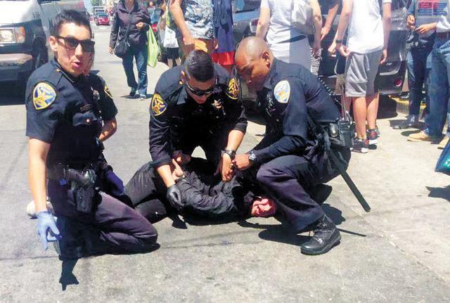 無家可歸者在華埠襲擊遊客後,被警方制服。華埠讀者提供