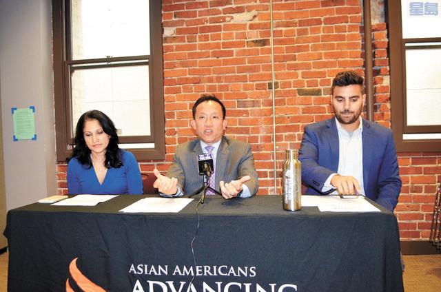 州眾議員邱信福(中)呼籲更多亞裔參選加入重新區劃委員會。記者劉玉姝攝