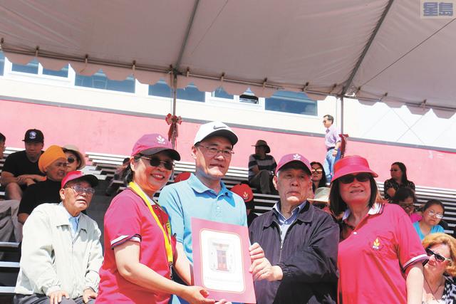 王東華向華體會頒發賀狀。左起:李競芬、王東華、池洪湖、林青。記者彭詩喬攝