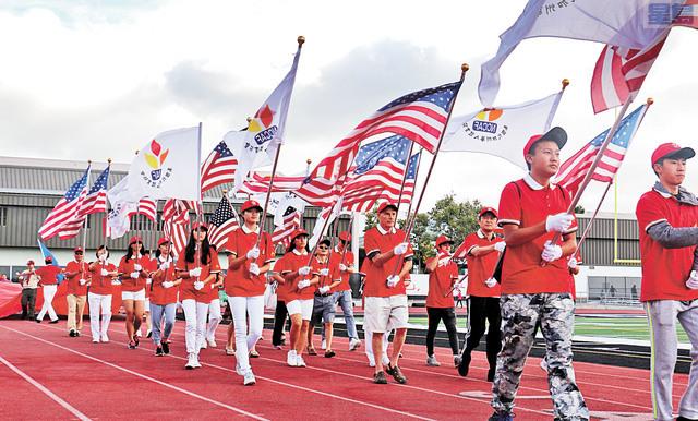 華體會體育運動大會開幕,旗手入場。記者彭詩喬攝