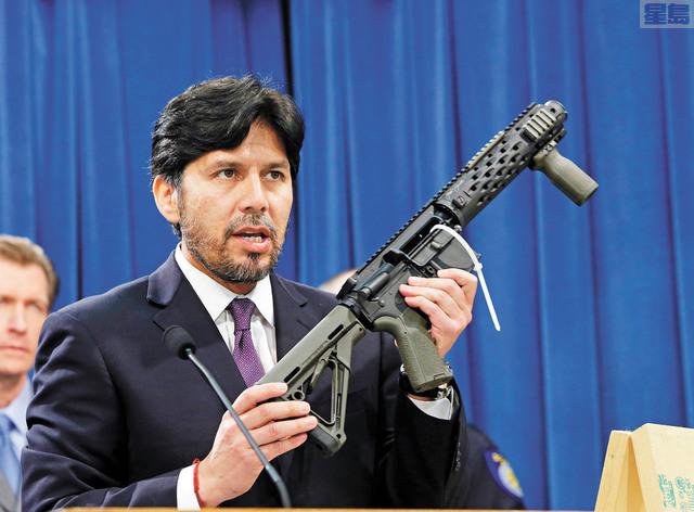 圖為前州參議員迪里昂(Kevin de Leon)2014年在州府展示當局充公的自製全自動步槍。加州是少數嚴管槍械的州,但聯邦法官更趨保守,加州槍管法律恐怕會面臨挑戰。美聯社