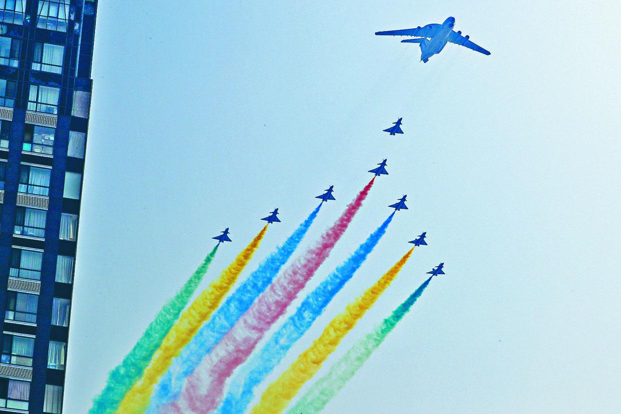 京城上空有戰機噴射彩虹顏色。 美聯社