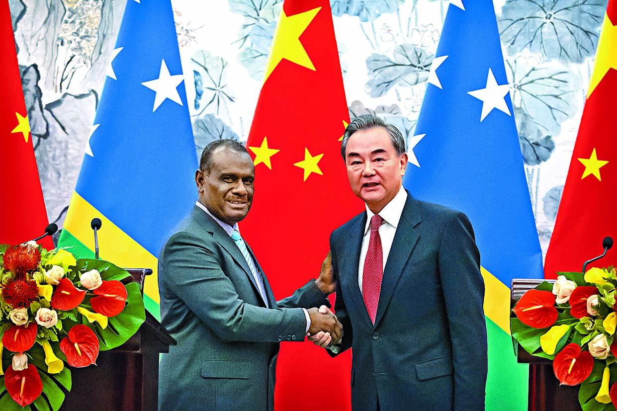 ■王毅(右)與所羅門外長馬內列昨天在 北京簽署建交公布。 美聯社