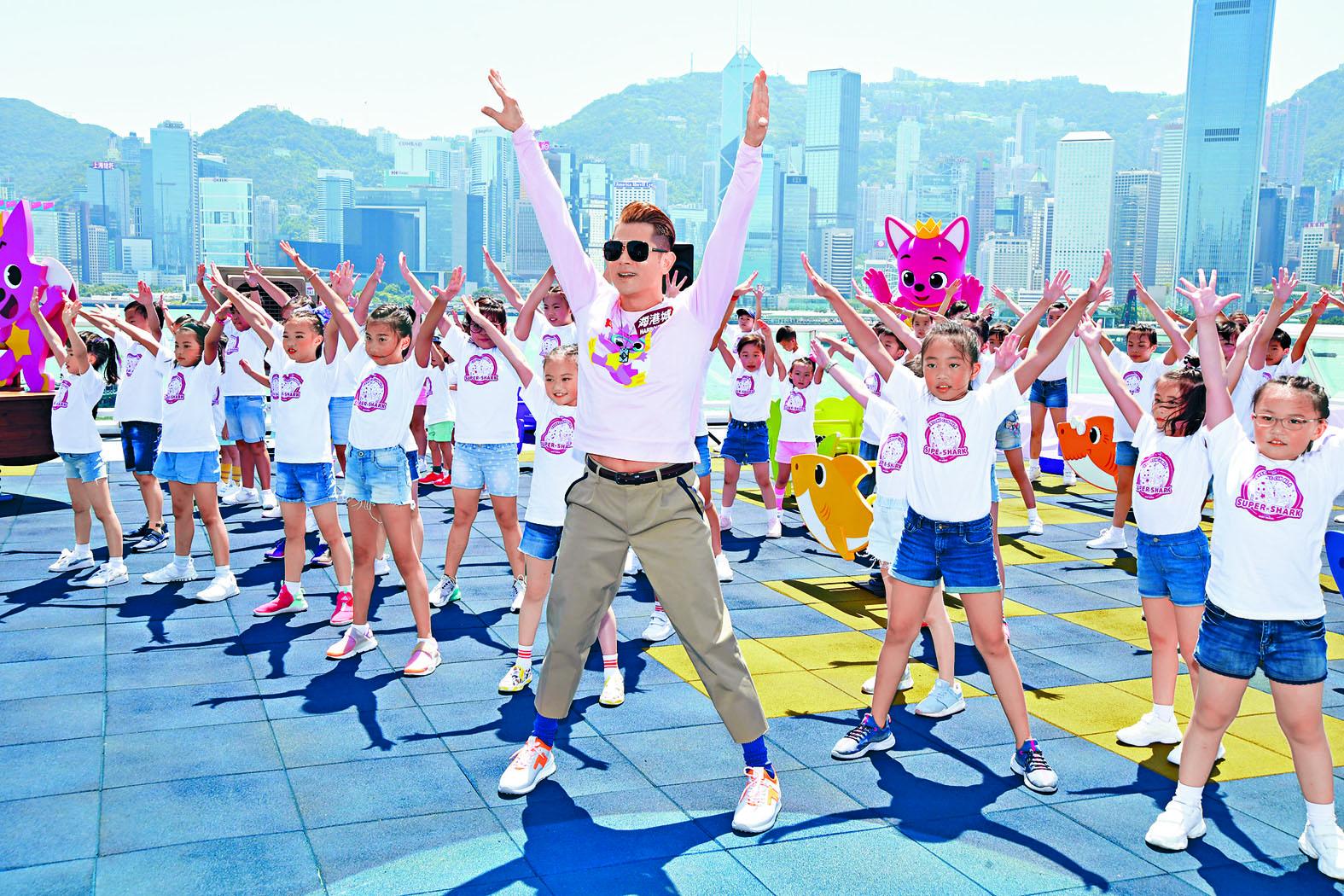 城城昨日出席活動,與數十位小朋友一起跳Baby Shak Dance Challenge。
