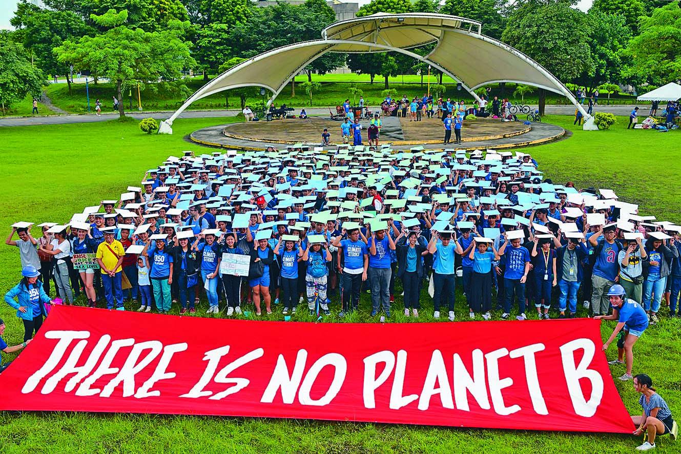 ■學生和專業人士昨日聚集在 菲律賓大學馬尼拉校舍,警告 「沒有第二個地球」。 法新社