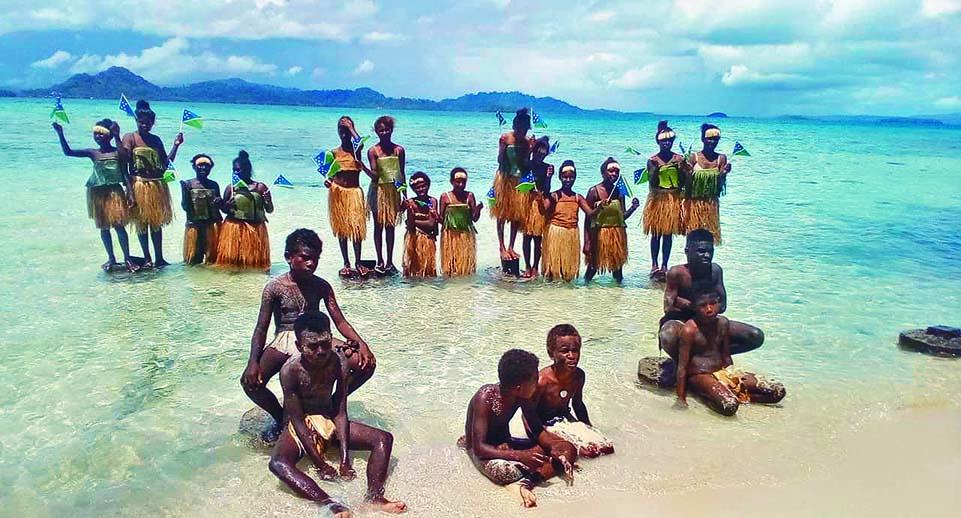 ■所羅門群島的學生在岸邊參與氣候抗議。 路透社
