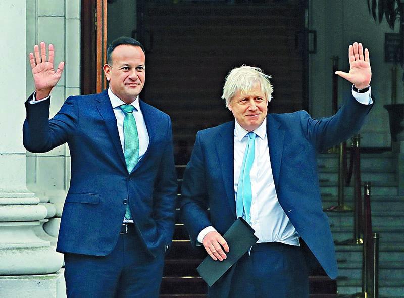 約翰遜(右)與愛爾蘭總理瓦 拉德卡在都柏林會面。 美聯社