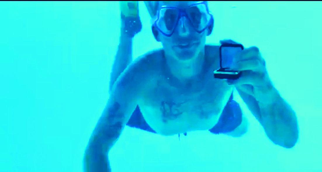 韋伯在水中展示戒指,向安東妮(小圖)求婚。 互聯網