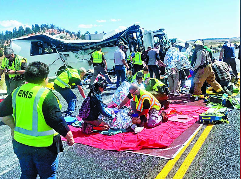 ■救援人員在現場救治傷者。 美聯社
