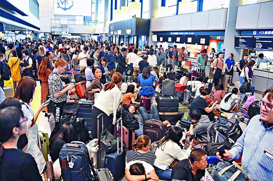 ■東京成田機場大批旅客滯留。 路透社