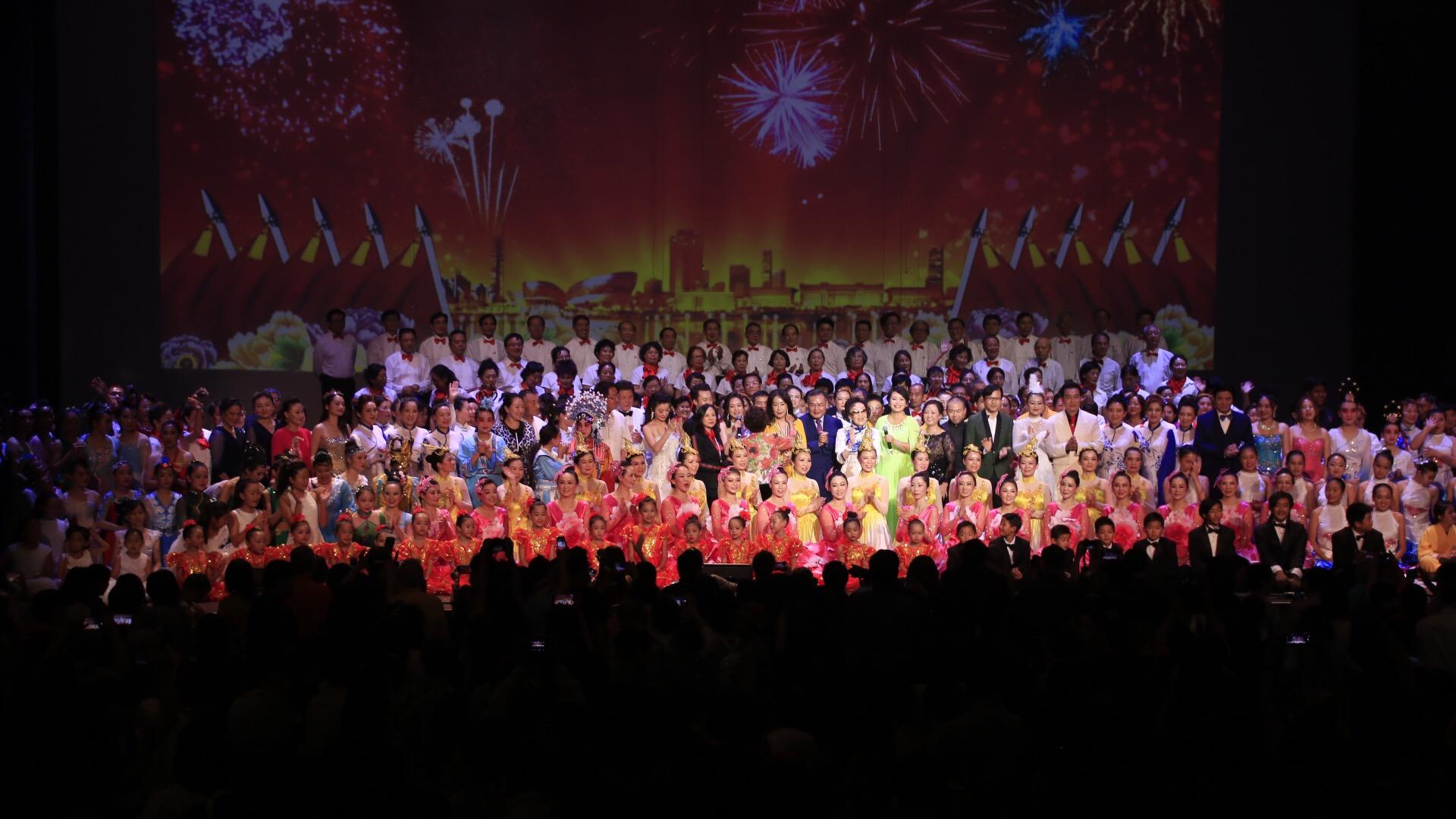 南加州華僑華人慶祝中國成立70週年晚會在巴沙迪那大劇院成功舉行。主辦方提供