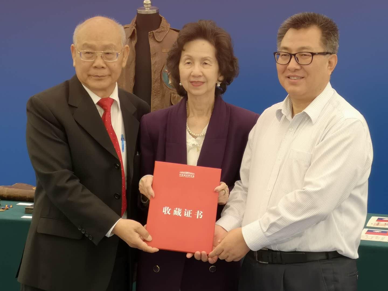 王春法館長(右)向陳燦培伉儷頒發收藏證書。主辦方提供