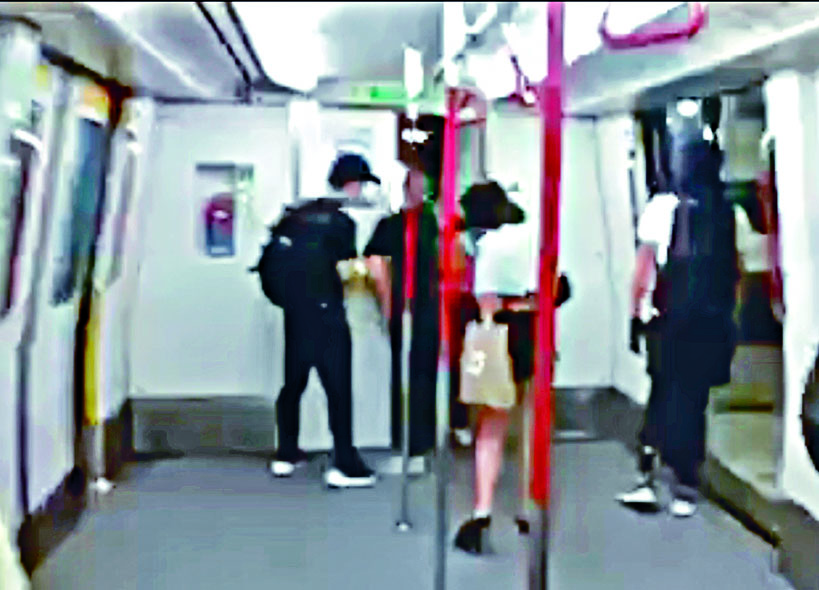 黑衣人在南昌站瞬間開門,進入列車駕駛室。