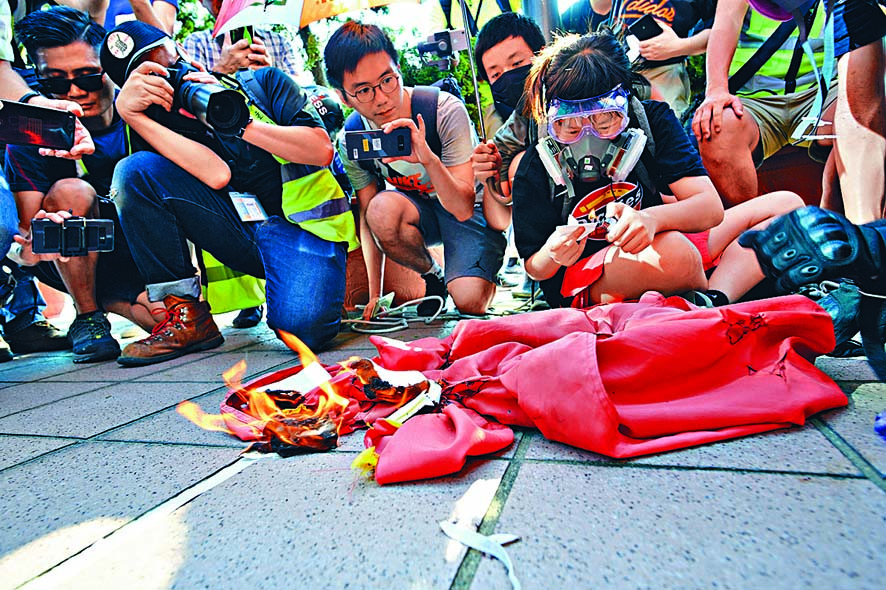 示威者拉下屯門圖書館的國旗焚燒。