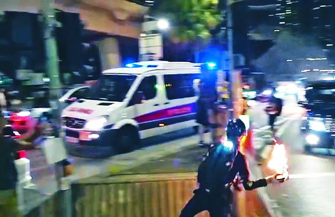 示威者向警車投擲汽油彈。