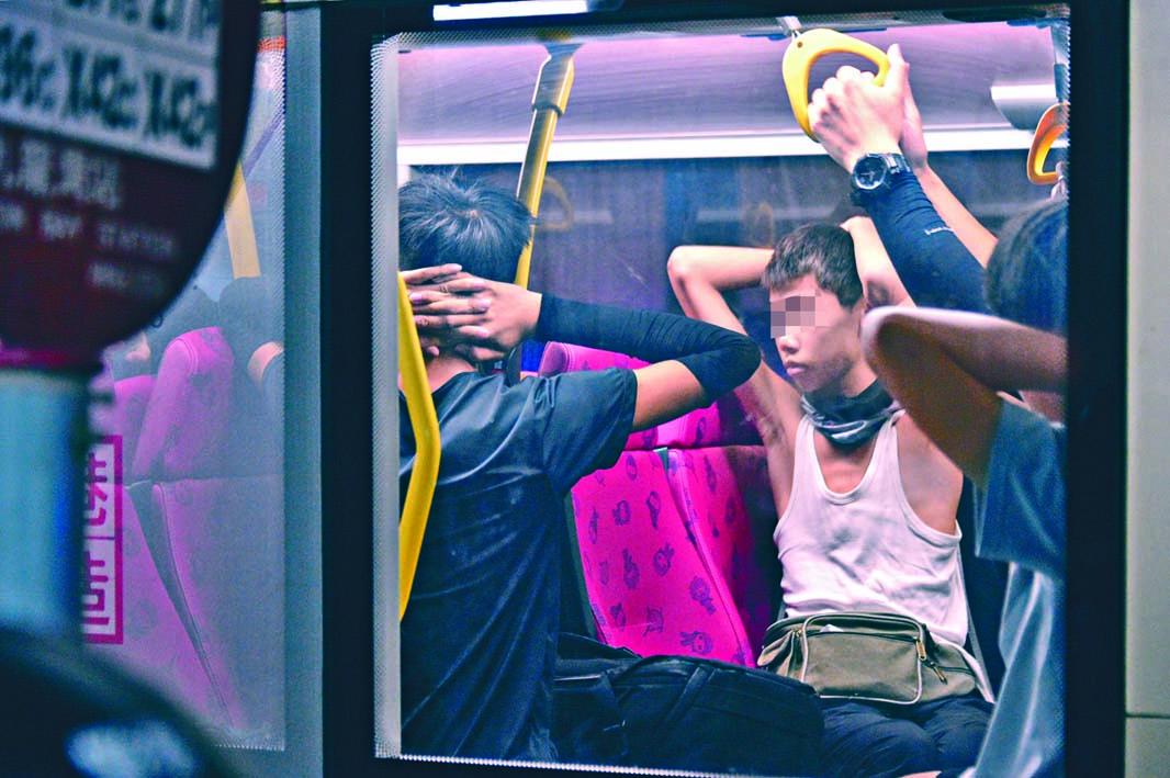警方本月三日曾登上九巴拘捕一批男女。