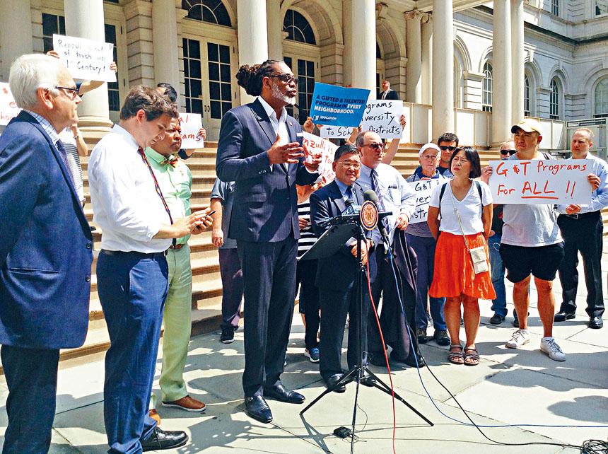 市議員可內基說,天才班資源不足才是「隔離」。