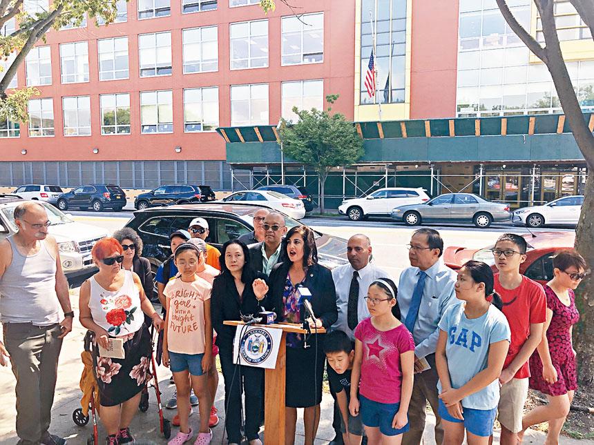 史丹頓島州眾議員馬麗奧和華人支持者。