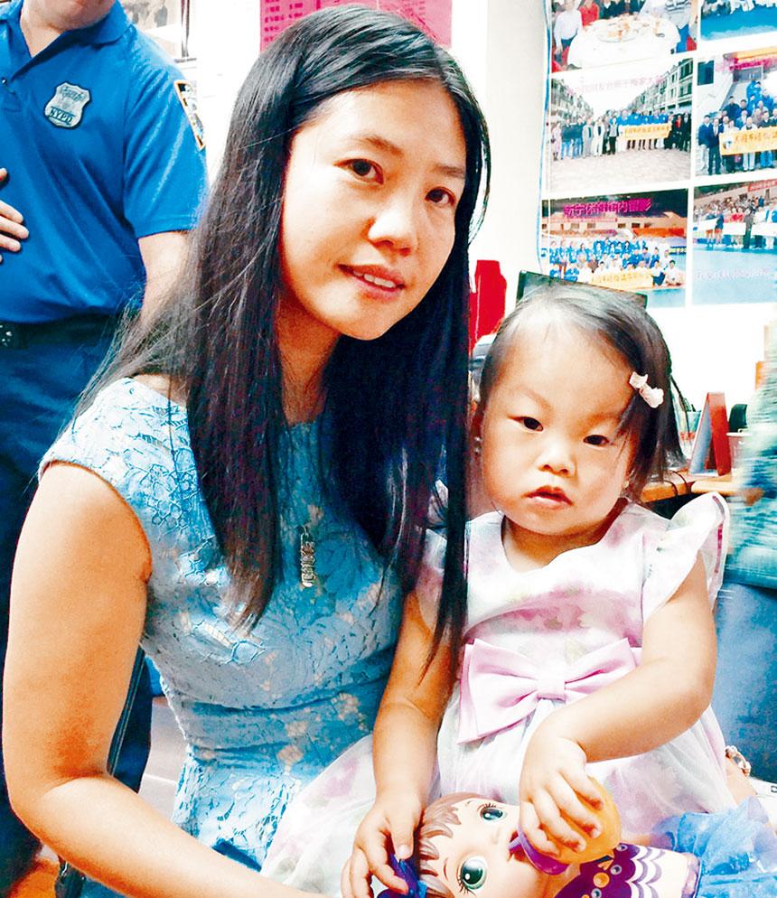 殉職警員的愛女劉安兒和遺孀陳佩霞。資料圖片