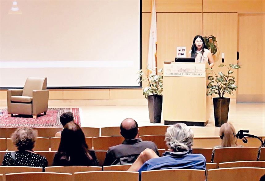 導演黃維英同觀眾分享拍攝《詩歌最後的聖地》的心得。主辦方提供