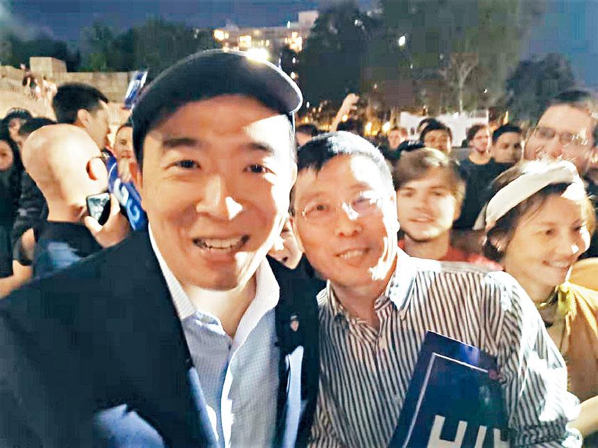 楊安澤(左)同熊群彬在集會現場合影。
