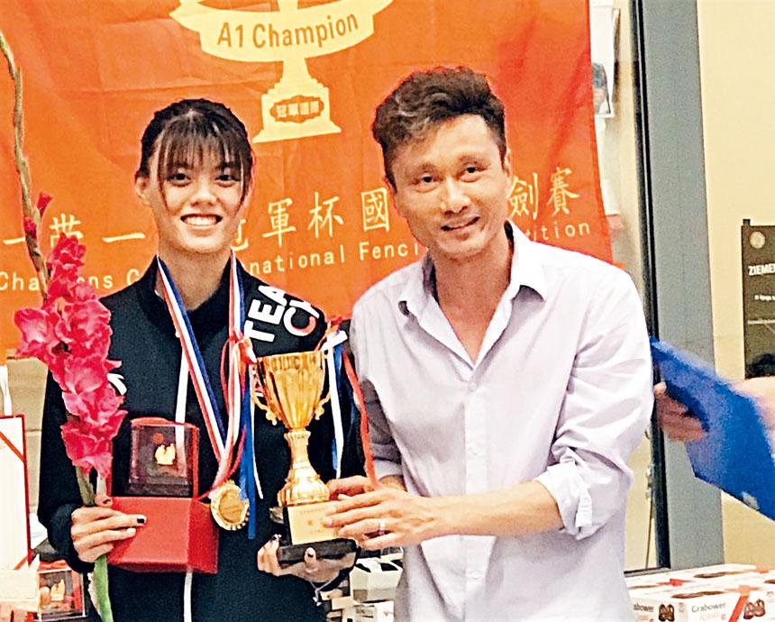冠軍國際拉脫維亞體育文化協會會長龍杰(右)給獲獎選手頒獎。主辦方提供