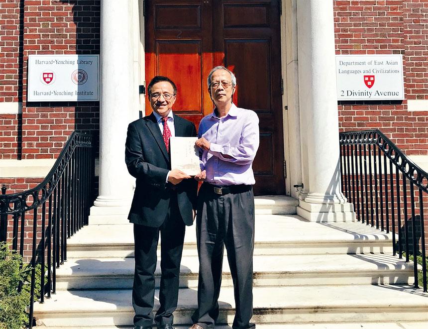 盧剛博士與燕京圖書館中文部主任馬小鶴在燕京圖書館前合影。主辦方提供