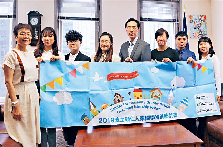 徐佑典處長、陳幗珍組長歡迎來訪的實習生們。