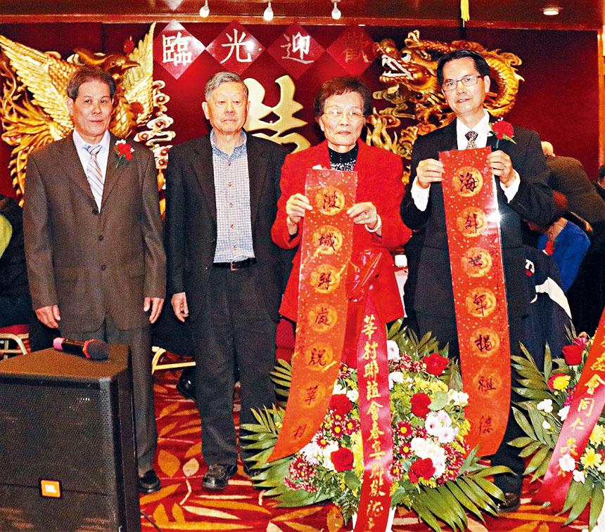 朱紹昌(左二)經常為波城華埠的僑社活動書寫對聯。