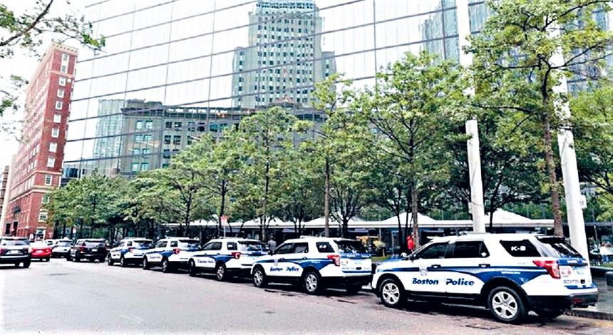 12日上午,漢考克大廈停放多部警車。來自推特