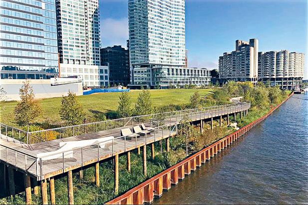 芝加哥河畔由私人發展商興建一條新的濱河小徑,讓南環路的居民在快速生活中帶來寧靜,行人可以從哈里斯街(Harrison Street)進入這條小徑,再通往市中心。