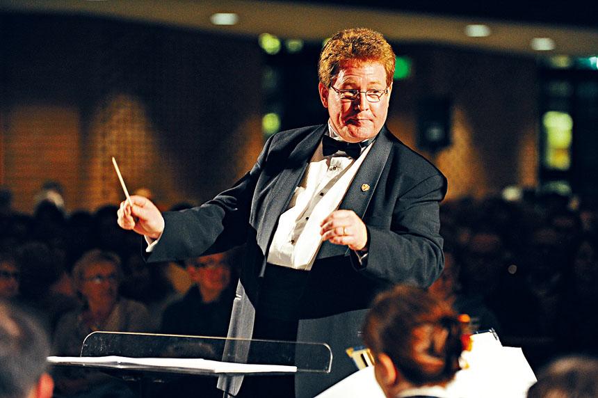 著名的指揮家Jeffery Doebler博士第三度為「友誼地久天長中美音樂會」擔任總指揮。華聯會提供