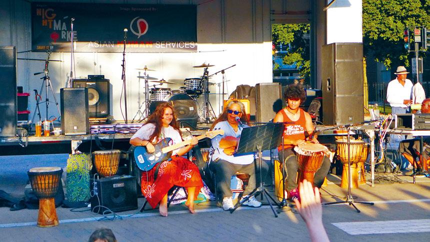 阿偕街逢周四晚的夜市場,提供免費的音樂演出活動,吸引民眾與當地的音樂家參加。梁敏育攝
