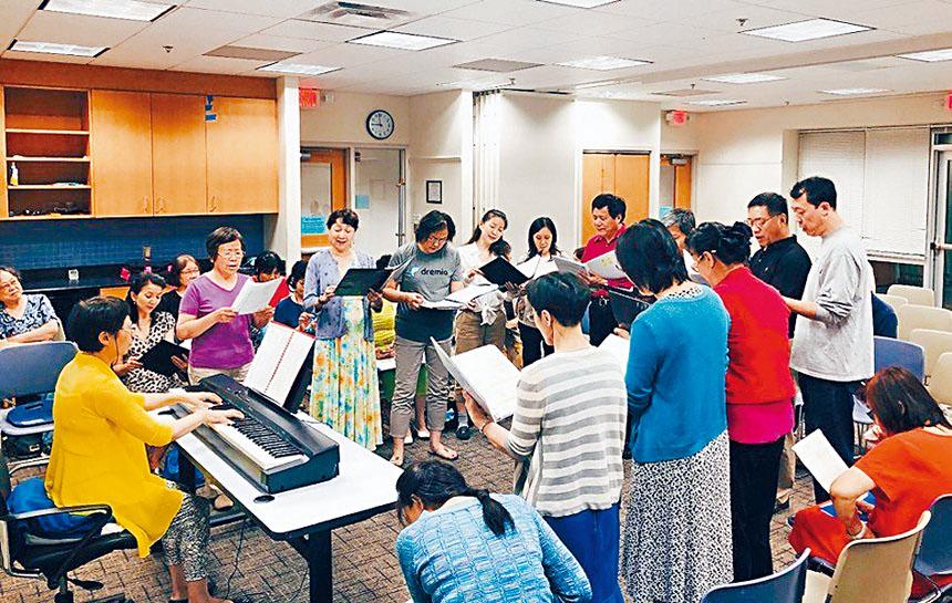 孔老師指導大家練唱。