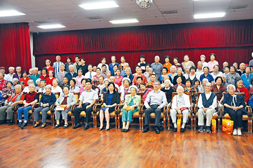 徐學淵公使等使館官員與「家園」老人們合影留念。