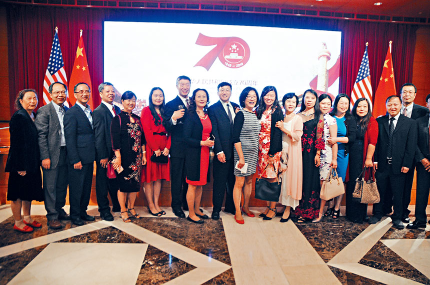 僑胞們在中華人民共和國成立70周年背景前合影留念。