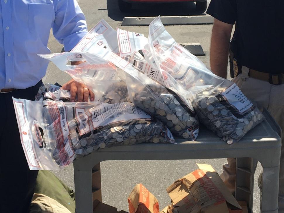 Bakersfield市警局展示一袋又一袋的25分錢硬幣、共計高達6千美元。貝爾斯菲爾德警局推特照片