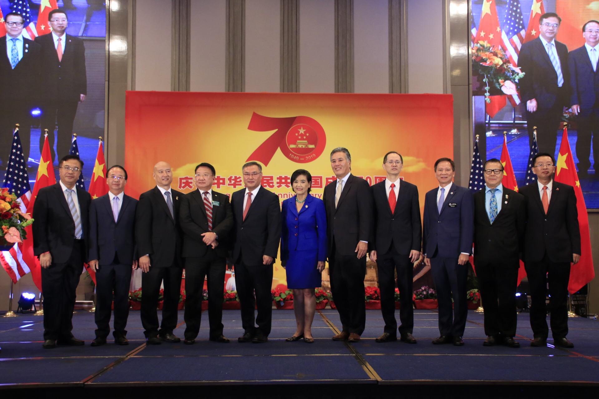 中國駐洛杉磯總領事館9月21日晚舉行慶祝中華人民共和國成立70週年國慶招待會,駐洛杉磯總領事張平及重要外賓合影。記者楊婷攝