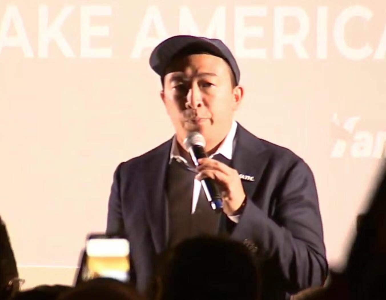 楊安澤在台上說明其政見。記者華夏美佳攝。